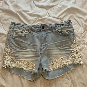 Light blue A TAILLE MONTANTE jean shorts, size 7.